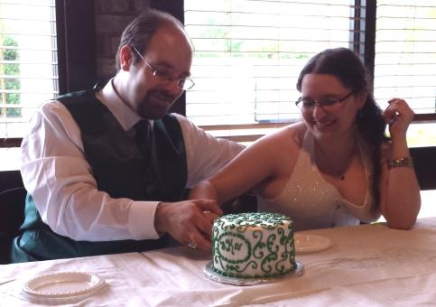 david-tasha-cutting-the-wedding-cake