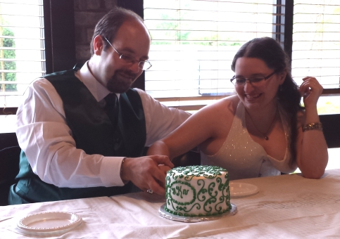 david-tasha-cutting-the-wedding-cake